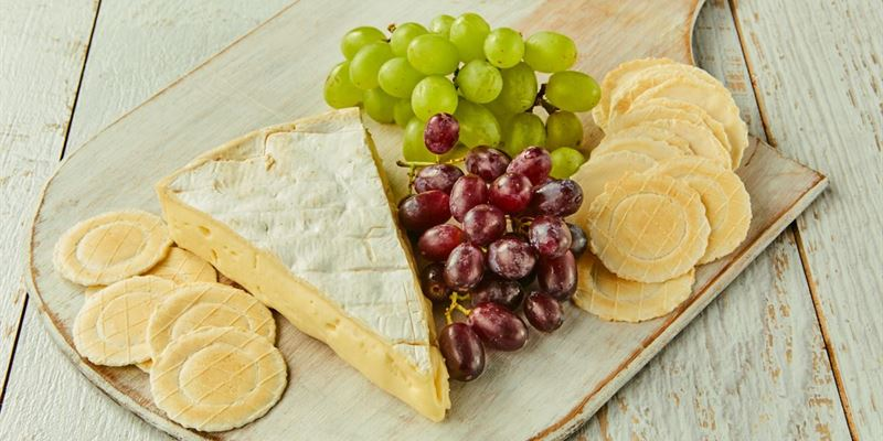 French brie plate with grapes & crackers