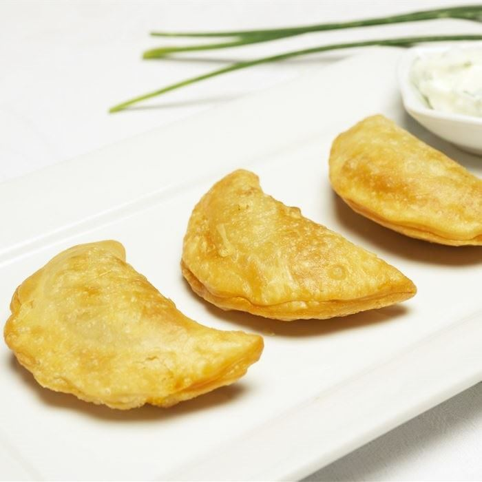 Indian Samosas - with cucumber yoghurt sauce (VEG)