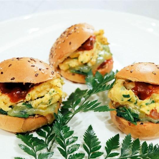 Breakfast Burger w. scrambled eggs and smoked salmon