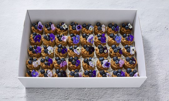 Banana bread bites with salted caramel & blueberries