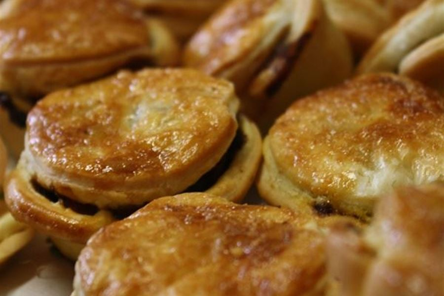 Beef, red wine and thyme pies (H)