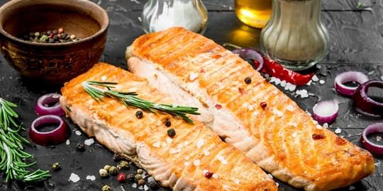 Salmon fillet w/ lemon, garlic & oregano w/ rosemary& garlic chat potatoes & steamed vegetables (450g) GF DF