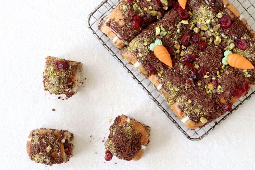 Hot cross bun mini: Chocolate crumble & pistachio (v)